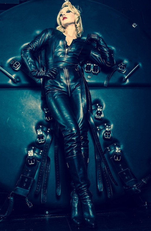 London-Mistress-Akella-in-Leather