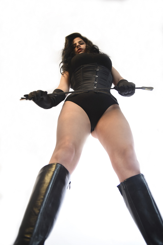 London-Mistress-Dominica-de-Sin-caning