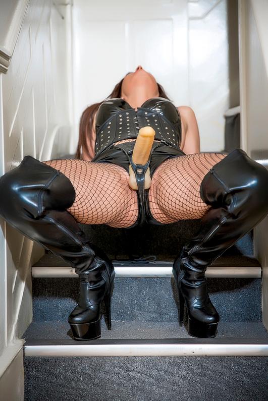 london-mistress-allure-strapon-fishnets